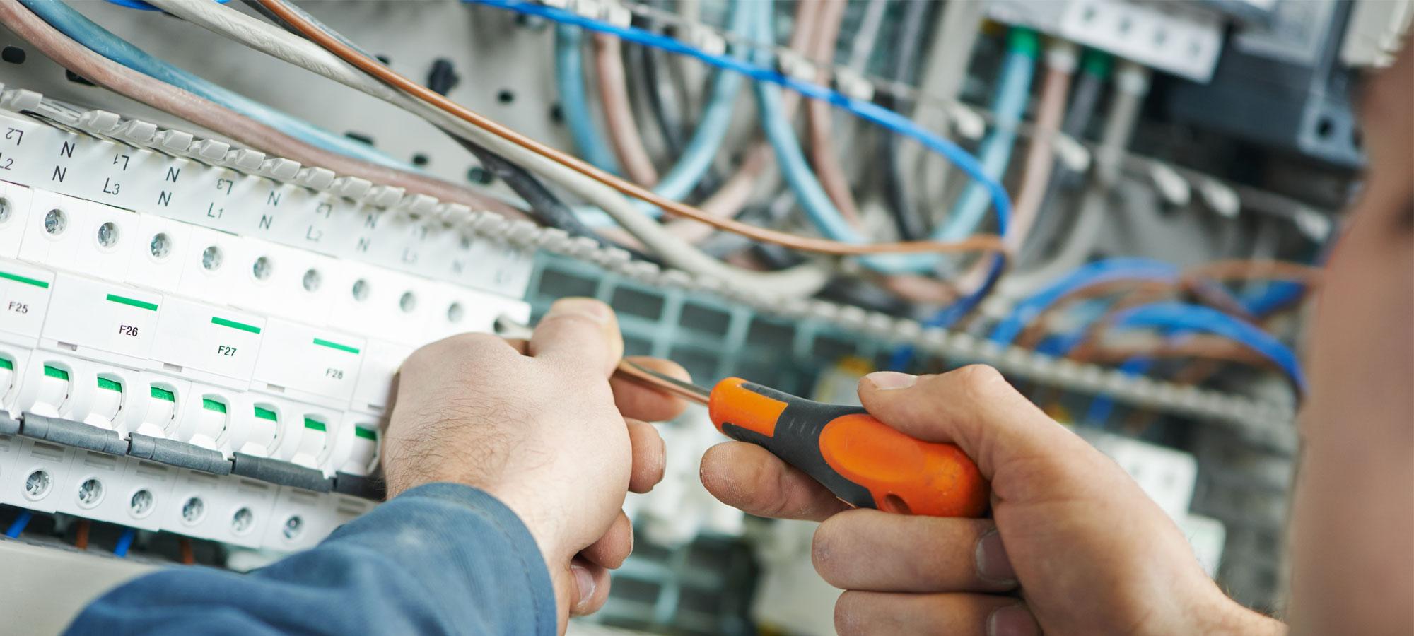 En elektriker som installerer anlegg