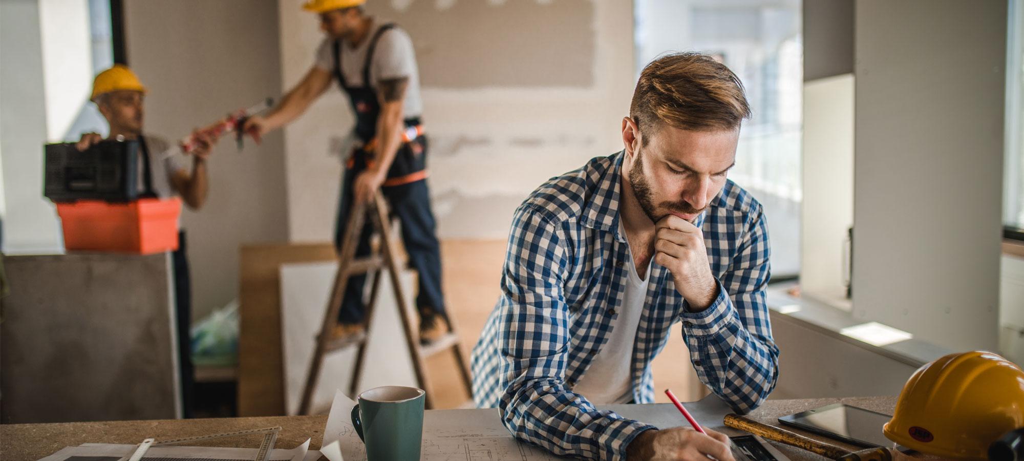 Arbeider som bygger en bolig