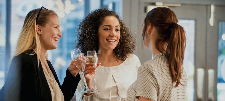 Tre kvinner med champagne