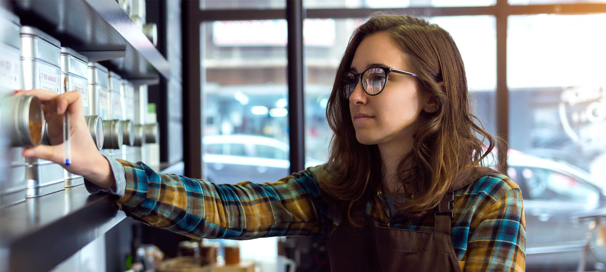 Kvinne som tar varetelling på en kafé